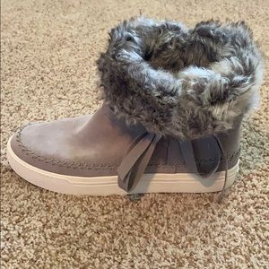 Toms boots with fur size 9
